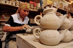 BANJARNEGARA, JATENG, 23/1 - PERAJIN POCI. Seorang perajin menyelesaikan proses pembuatan poci yang terbuat dari tembikar dan biasanya digunakan untuk menyeduh teh, di sentra kerajinan keramik Usaha Karya di Desa Purwareja Klampok, Klampok, Banjarnegara, Sabtu (23/1). Perajin keramik di sekitar wilayah Purwareja Klampok, Banjarnegara, yang merupakan pemasok poci terbesar se Indonesia dengan kapasitas produksi mencapai 30.000 set per bulannya merasa terancam mengadapi persaingan dengan produk China dan meminta pemerintah secepatnya mengatur regulasi yang melindungi industri tersebut. FOTO ANTARA/Idhad Zakaria/ss/NZ/10